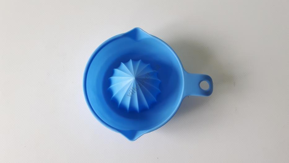 Соковыжималка для цитрусовых пластмассовая d 11 cm, h 4 cm.