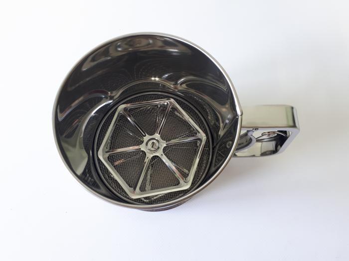 Кружка-сито для муки нержавеющая, d 12,5 cm, h 12,3 cm.