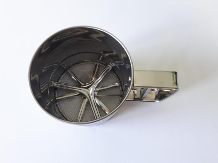 Кружка-сито для муки нержавеющая, d 10,2 cm, h 9 cm.